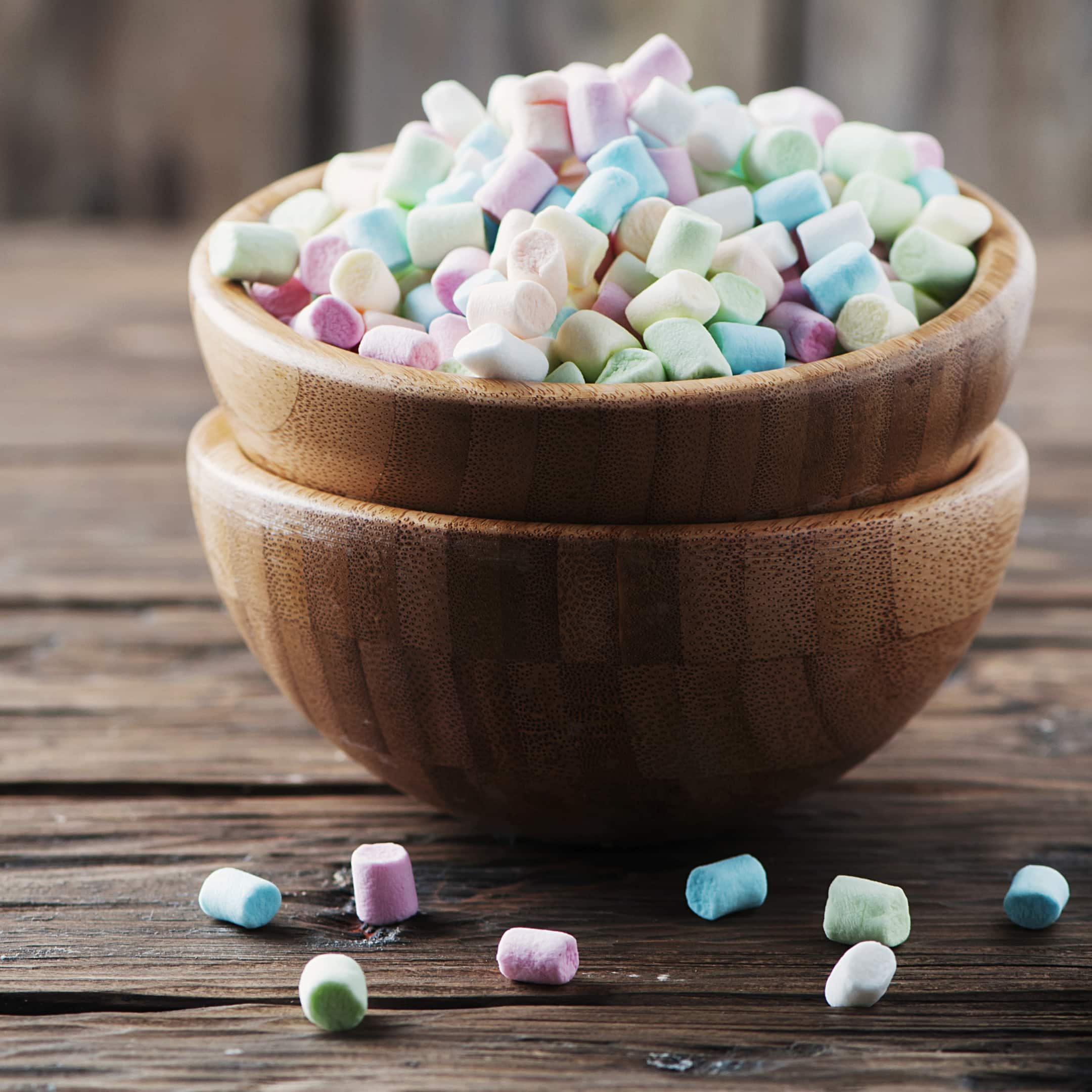 Colored marshmallow in the wooden bowl