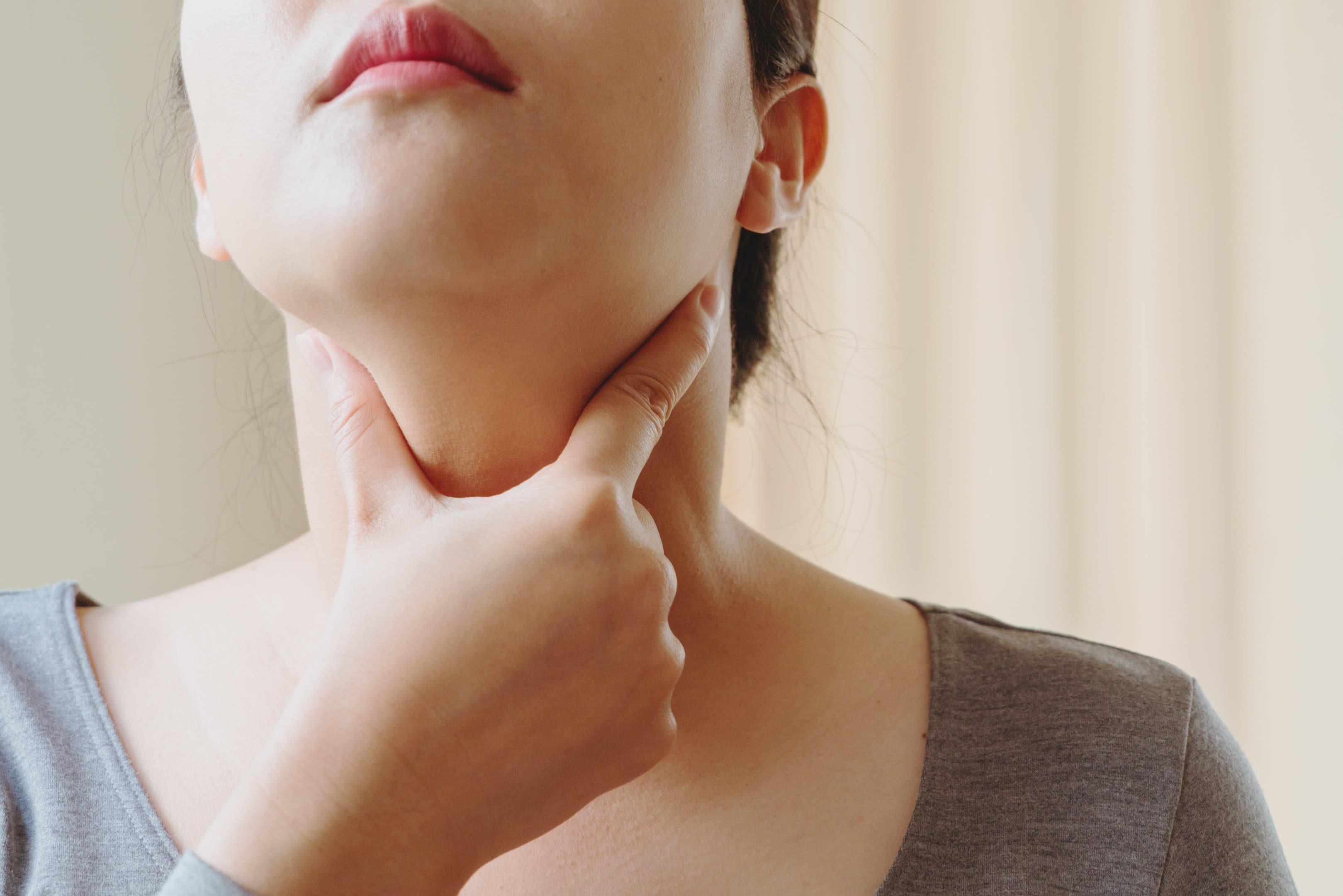Women with thyroid gland test . Endocrinology, hormones and treatment. Inflammation of the sore throat