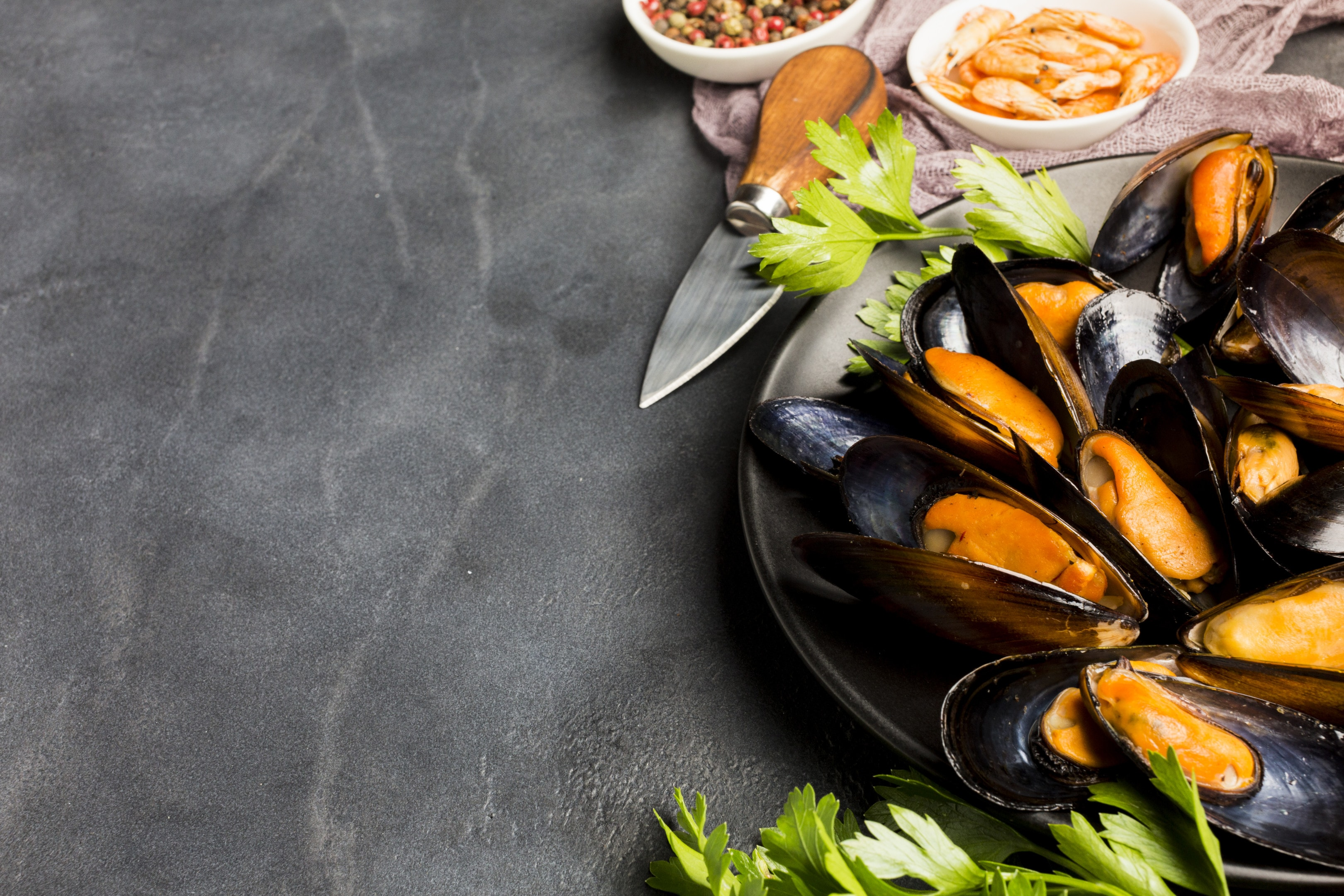 Cooked mussels in ceramic plate