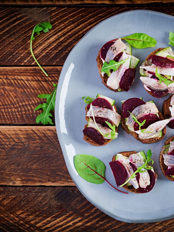 Herring fillet and beets brusketa