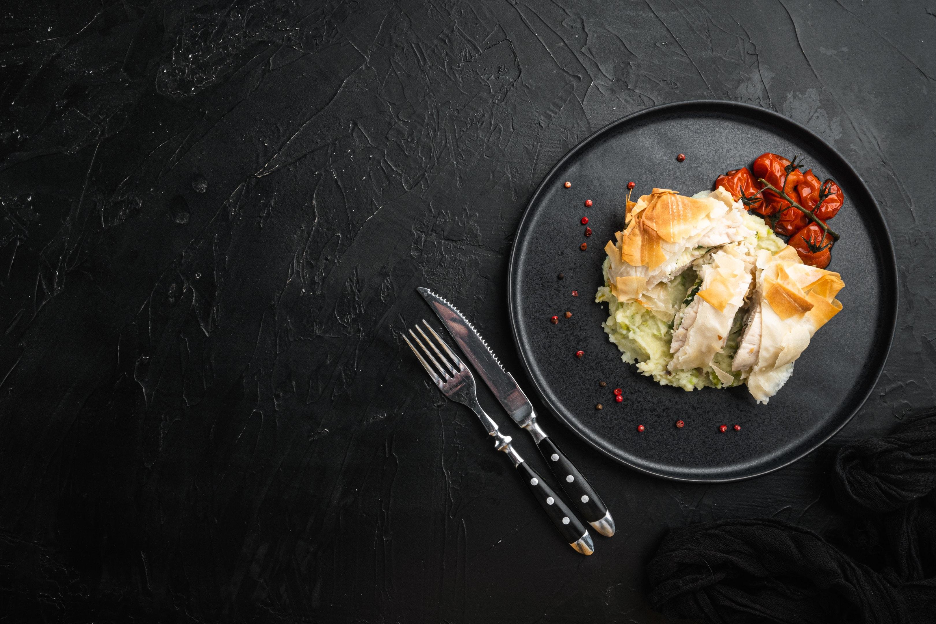 Stuffed chicken cutlets on mashed potatoes — Kiev style